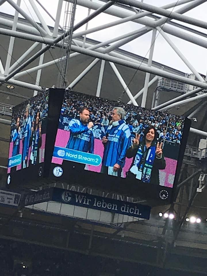 Gebärdensprachdolmetscherin auf Schalke